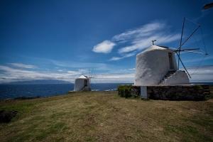 Zwei der drei alten Windmühlen auf Corvo