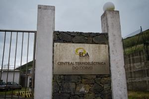 Schild am Thermalkraftwerk von Corvo